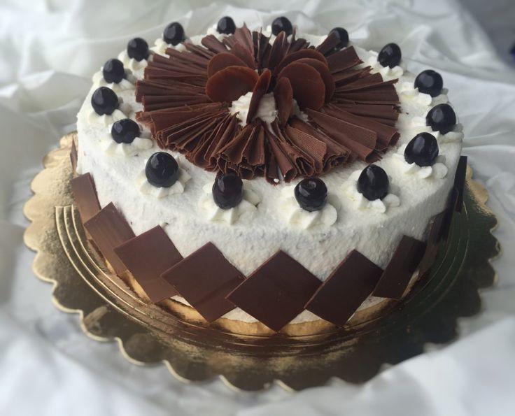 Schwarzwalder Kirschtorte (torta foresta nera).Il dolce è composto da 3 strati di pan di Spagna al cioccolato e 2 di farcitura con panna montata,amarene