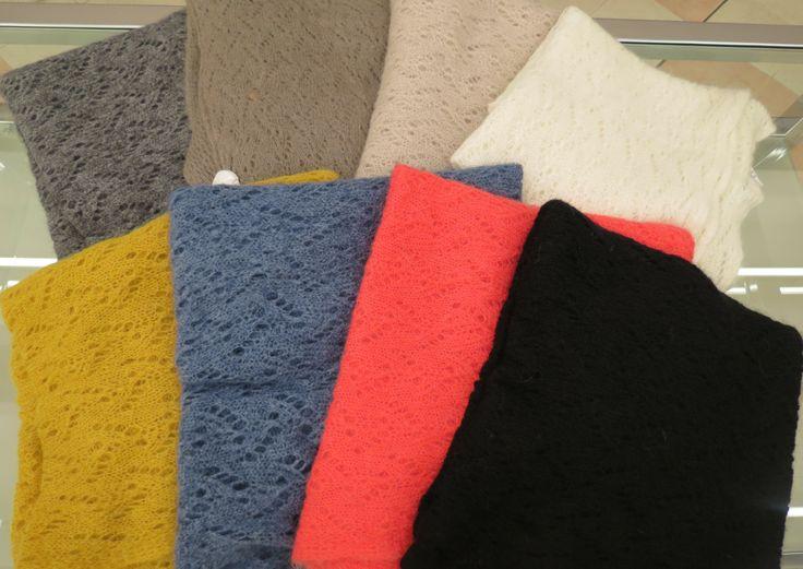 Sciarpa lana traforata disponibile nei colori grigio, fango, beige, burro, ocra, avio, corallo e nero.