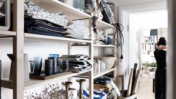 Zo pak je de grote zomerschoonmaak aan | IKEA IKEAnl IKEAnederland inspiratie wooninspiratie interieur wooninterieur IVAR stellingkast kast kasten opberger opbergen opbergmeubel opruimen zomer schoonmaak schoonmaken handig vakantie kamer woonkamer slaapkamer hal werkkamer studeerkamer decoratie accessoires accessoire