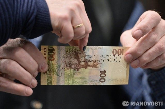 Фото дня: Новая банкнота номиналом 100 рублей, посвященная Крыму и Севастополю.   © РИА Новости, Рамиль Ситдиков