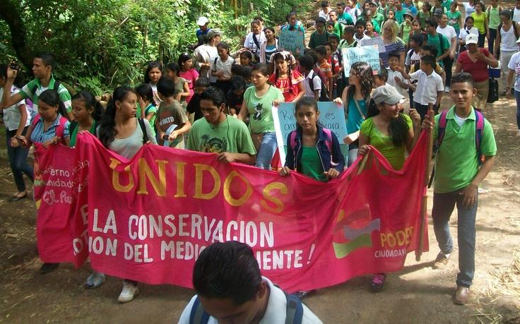Chaval@s del Movimiento Ambientalista Guardabarranco caminan por la protección y cuido de nuestros bosques. Granada, Nicaragua