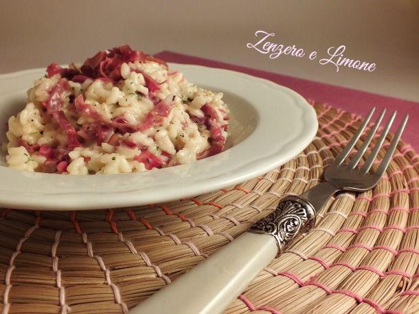 Il risotto con bresaola e robiola è un primo piatto delicato. Si tratta di una ricetta molto semplice da realizzare nata per caso, ma molto apprezzata