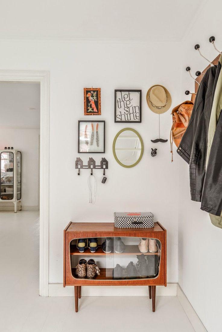 Полки для обуви в прихожую: 70 потрясающих идей для коридора своими руками http://happymodern.ru/polki-dlya-obuvi-v-prixozhuyu-svoimi-rukami-foto/ Ретро мебель отлично подойдет для шкафчика под обувь