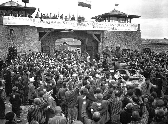 «Los españoles antifascistas saludan a las fuerzas libertadoras». Mauthausen, 1945. Fotografía: Donald R. Ornitz / US Army (DP). Mitío, un personaje de Javier Cercas - Jot Down Cutural Magazine