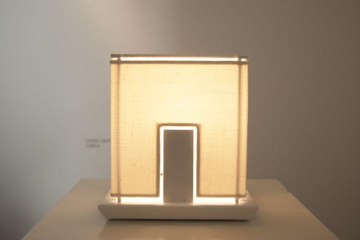 Light house, produzione numerata, lampada da tavolo in tessuto lino fatto a mano, con base in metallo verniciato bianco.