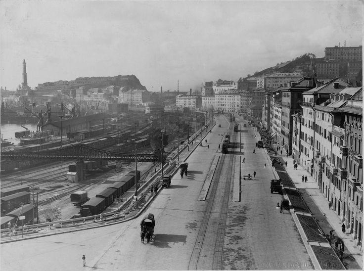 Genova. Via Milano, affacciata sul Porto, negli anni '30 ...