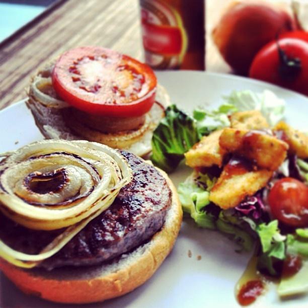 hamburguesa de buey clásica con ensalda. #food