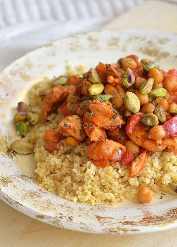 Niet alleen is deze marokkaanse kip met kikkererwten en bulgur waanzinnig van smaak, in combinatie met de groene pistachenootjes ziet het er ook zo uit.