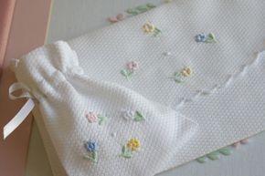 Porta documentos e porta chucha em piqué algodão bordado com solteiras, bastidos, garanitos e caseado.