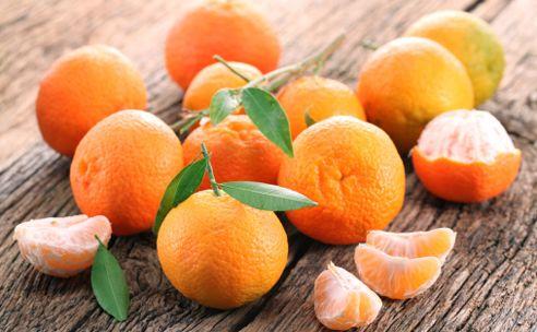 Mandarijnen zijn populair: Nederlanders eten jaarlijks gemiddeld 4 kilogram van deze citrusvrucht. Logisch, want ze zijn lekker zoet en ook nog eens een gezonde en slanke snack. http://www.gezondheidsnet.nl/groente-en-fruit/mandarijnen-hapklare-vitamines