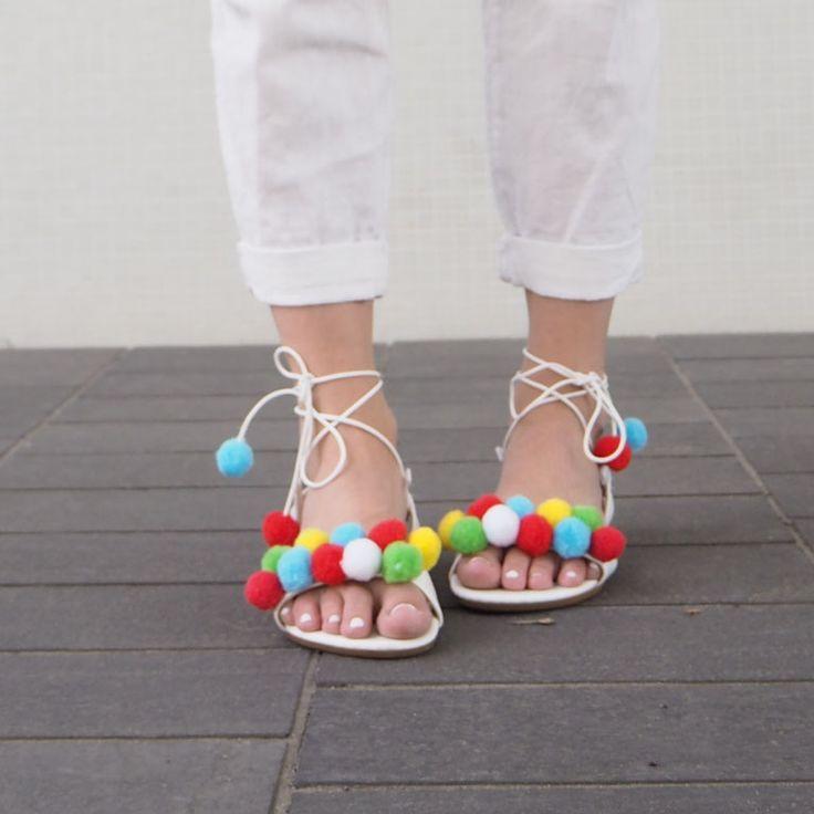 http://doctorsfashiondiary.jimdo.com/2016/05/21/d-i-y-a-q-u-a-z-z-u-r-a-p-o-m-p-o-m-s-a-n-d-a-l-s/?logout=1  DIY how to do these cute Pompom sandals