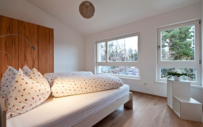 Ganz neu im Hotel Schönblick gekommen ist die Ferienwohnung Margaretenheim in der Dependance. Es handelt sich dabei um eine moderne Dreizimmerwohnung mit zwei Balkonen. In den zwei Schlafzimmern und in der Wohnküche finden locker 4 - 6 Personen platz. -   Appartamento Margaretenheim       ca. 80 m²  nella dependance, dotato di 3 moderne camere, cucina abitabile, balconi con vista panoramica, atmosfera da loft. Accesso libero all'area wellnes dell'albergo.