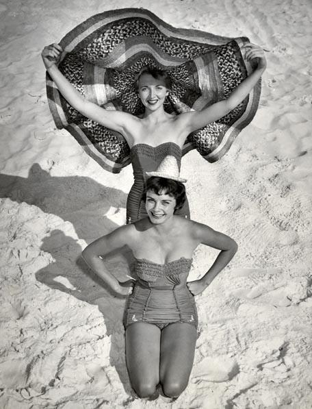 Jeux de plage, deux Pin-Up, Chapeau de plage. Tirage argentique d'époque. Annotation de publication au dos.