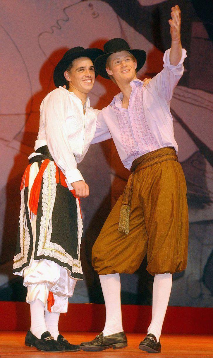 Pin for Later: Comment Harry S'est Transformé de Petit Garçon à Véritable Prince  En 2003, Harry a eu un rôle dans la pièce de théâtre Beaucoup de Bruit Pour Rien de William Shakespeare, mise en scène à Eton.
