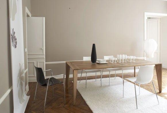 Bílá je v podstatě romantická barva a v prostorných místnostech vypadá skromně a stejně tak jí to velmi sluší