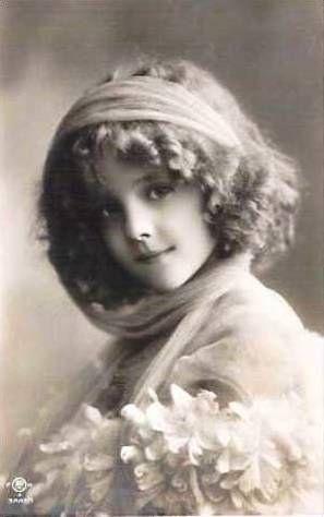 """""""Je me souviens ce jour là, je m'étais amusée à me déguiser avec les affaires de mamie """" sweet vintage girl- Grete Reinwald"""