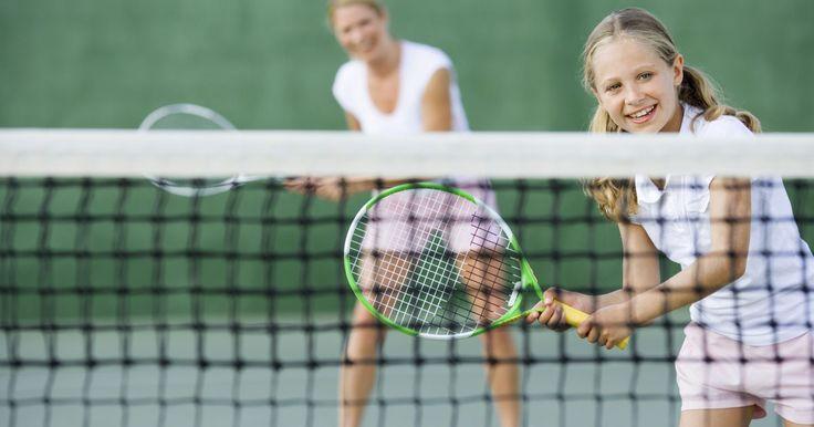 Cómo practicar tenis solo. El tenis requiere resistencia, velocidad, reflejos rápidos, coordinación de mano y ojo y agilidad con cada movimiento que realices en la cancha. No siempre tendrás un socio disponible para ayudarte a practicar y mejorar los diversos aspectos de tu juego. La práctica de tenis por sí sola es una fabulosa manera de mejorar tus habilidades ...
