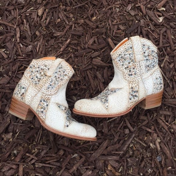Frye on the Fly tip Lovvvvvve these but gotta part Distress white cowboy boot with beautiful detail❌NO TRADES Frye Shoes Ankle Boots & Booties