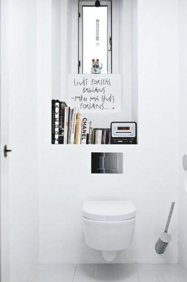 Peinture WC couleur blanc relevée de touches de noir avec les éléments déco, une décoration wc facile à réaliser en blanc et noir. Cuvette w...