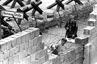Tras la Segunda Guerra Mundial, Berlín fue ocupada por los rusos. El nuevo territorio pasó a llamarse República del Este de Alemania. Sin embargo, no pasaría mucho tiempo antes de que Berlín se dividiera en dos, la del este se llamó República Democrática Alemana y estaba controlada por la Unión Soviética. La del oeste la controlaban los aliados con Estados Unidos y Gran Bretaña a la cabeza y se llamó República Federal Alemana. Sin embargo, la tensión política entre ambos bandos, el hambre y…
