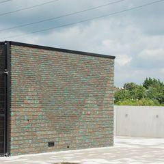 Jongerencentrum Studio5 Waddenweg 3 Hoofddorp. Patronen in gevelmetselwerk door gebruik te maken van twee verschillende formaten baksteen: WF en DWF+voeg.