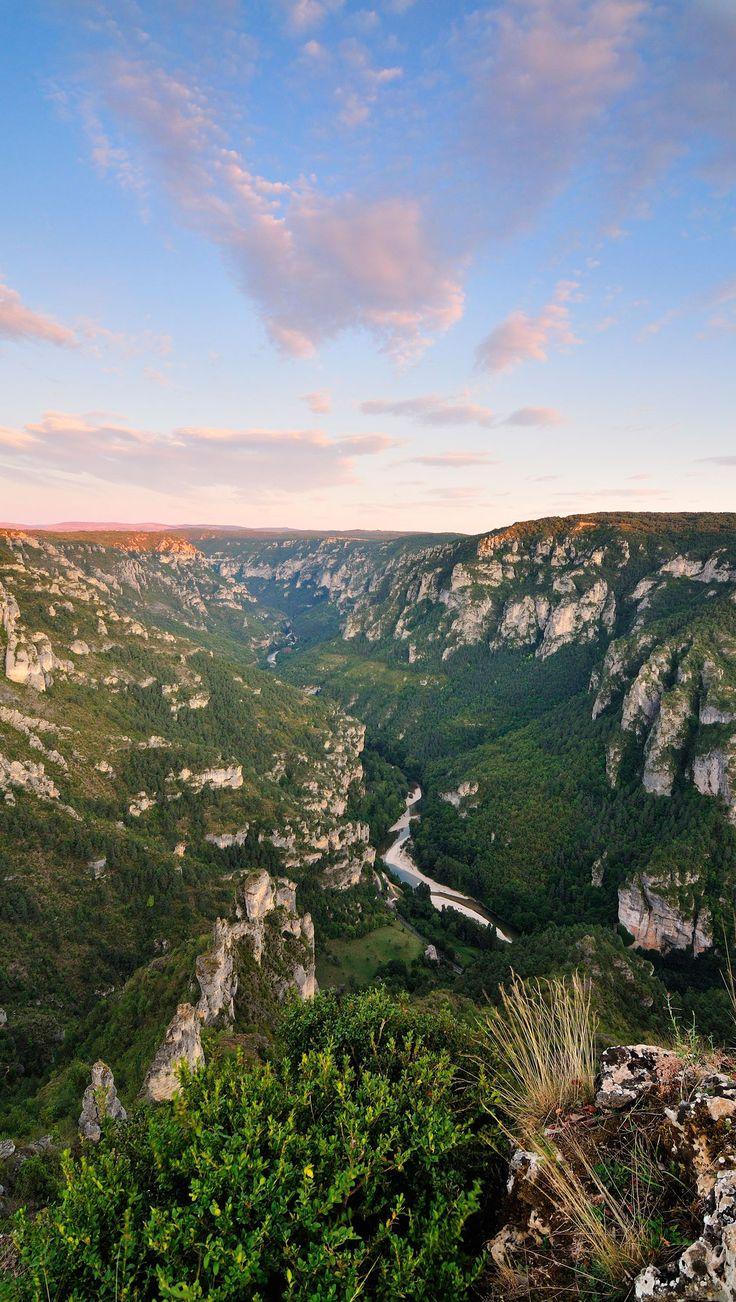 Découvrez les magnifiques Gorges du Tarn lors de votre prochain séjour en Aveyron. Beaucoup d'activités nautiques et la nature comme décor.