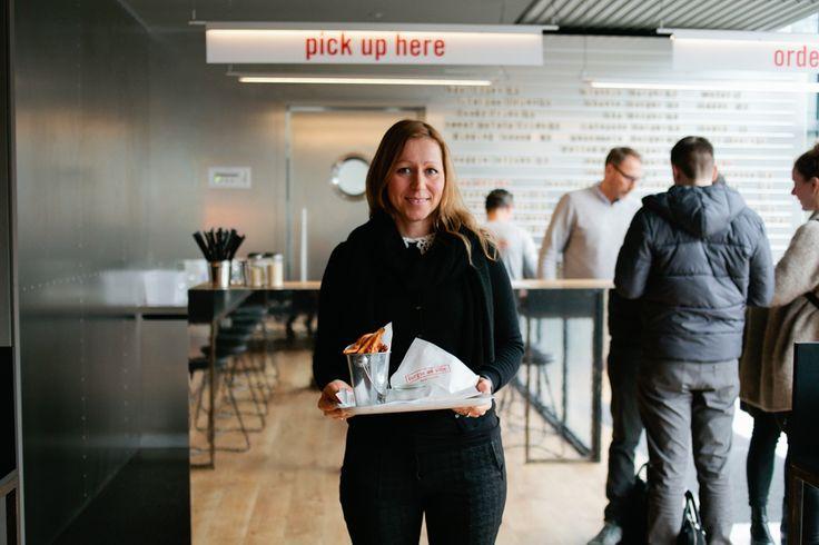 Dienstag, 23.02., 13.00 Uhr – Charlottenburg, Burger de Ville: Nach Streetstyle kommt Eatstyle. Diese junge Dame isst gleich einen Burger im neuen Burger de Ville. © Matze Hielscher