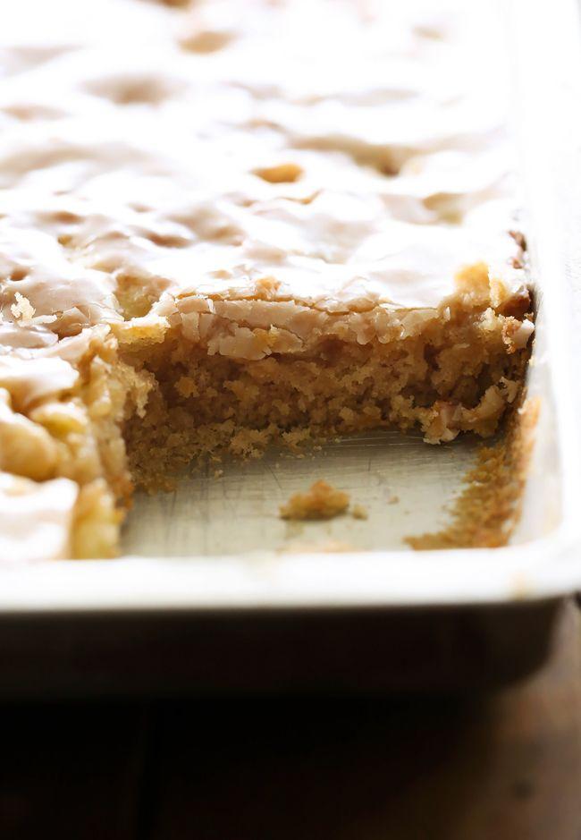 Hoja de caramelo Apple Cake ... este pastel es perfectamente húmedas y tiene glaseado de caramelo infundido en todos y cada bocado!  Es divino!