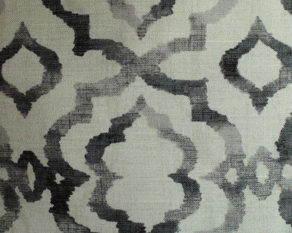 Deze kussensloop is voorzien van grijstinten in een mooi rooster patroon.  Het kussen invoegen is niet inbegrepen.  Eigenschappen van deze grijze gooien kussensloop omvatten:  Dezelfde stof voor- en achterkant. Patroon plaatsing zal variëren.  Gemaakt van 100% katoen home decor weefsel.  Kleuren omvatten schaduwen van grijs tegen de achtergrond van een crème. De crème achtergrond heeft het een zeer licht grijze arcering. Let op: de achtergrondkleur is niet wit.  Bevat een onzichtbare YKK…