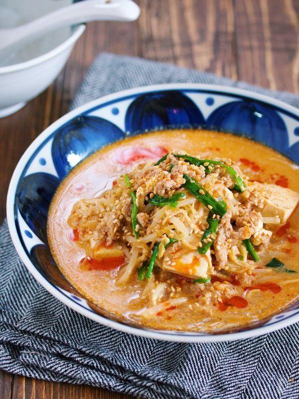 寒い季節に嬉しい うま辛の坦々スープ。 材料をお鍋に重ねてスープを注ぎ あとは蓋をして10分ほど煮るだけ。 ちょっと調理時間は長めに感じますが ほとんどが放置でOKのお手軽さ♪ しかも、使う材料は 豚ひき肉・もやし・豆腐 そしてえのきにニラとコスパも抜群! 練りごまも不要で おうちにあるもので簡単に作れますよ♪
