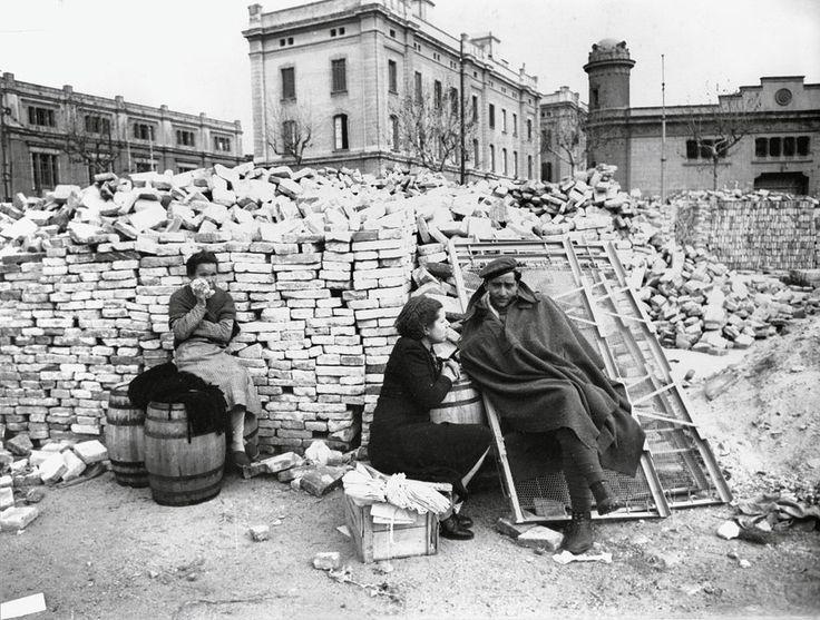 Un miliciano, junto a su familia, espera para entregarse a las tropas rebeldes que acaban de tomar la capital (Barcelona, enero de 1939).  PEPE CAMPÚA