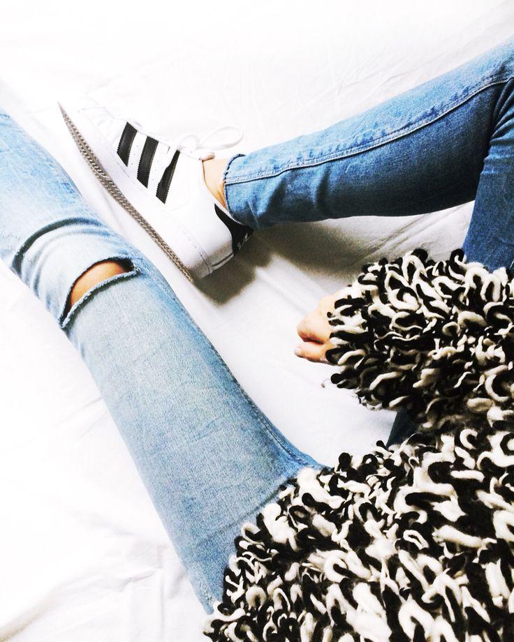 Fashionblogger Caroline from www.styleglobo.wordpress.com Wearing a cozy sweater by Isabel Marant pour H&M and Adidas Superstars #adidassuperstars#sneakers#kicks#adidasoriginals#isabelmarant#fashionblogger#cozy#knit#sweater
