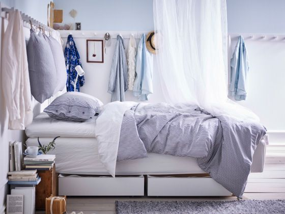 Wenn du rund um deine Wände Haken anbringst, z. B. wie hier KUBBIS Leisten mit 7 Haken in Weiß wird aus deinem Schlafzimmer ein riesiger begehbarer Kleiderschrank. An den Haken lassen sich auch Kopfkissen an Stoffschnüren als Kopfteil über dem Bett aufhängen.