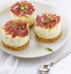 Cheesecakes herbes fraîches, pistaches et rubans de Serrano aoste
