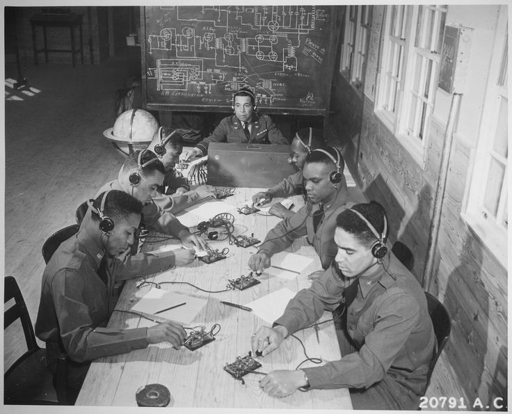 Escuela de vuelo (niveles básico y avanzado) para cadetes negros del Cuerpo Aéreo del Ejército, Tuskegee, Alabama: en el centro, el capitán Roy F. Morse, del Cuerpo Aéreo del Ejército, enseña alos cadetes cómo enviar y recibir mensajes en código. — Visor — Biblioteca Digital Mundial