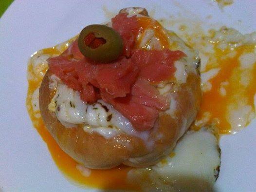 Huevos poche con ricotta y Salmon ahumado