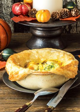 一口食べて、納得の旨味。「サクッ」「トロッ」もやみつきに。下準備     かぼちゃは種・ワタを除き、1.5㎝の角切り。  ブロッコリーは塩少々(分量外)を入れた熱湯でさっと茹で、ザルに上げて水気を切っておく。  冷凍パイシートは使用する5分前に室温に戻し、横半分に切って器の大きさよりひとまわり大きくのばしておく。  オーブンに予熱を入れておく(230℃ 約20分)。  作り方     1.鍋にバター・オリーブオイルを熱し、玉ねぎを入れ、しんなりとするまで炒める(強火)。 2.鶏肉を加え、炒め、色が変わってきたらかぼちゃを加え、さらに炒める(約20秒)。 3.薄力粉を加え、さらに炒める(弱火 約1分)。 4.水を少しずつ加え混ぜ、創味シャンタンを加え混ぜて加熱し(強火)、沸騰したらアクを除き、煮る(弱火 約5分)。 5.牛乳・生クリーム・黒こしょうを加え、とろみがつくまで煮る(中火 約5分) 6.器に【5】・ブロッコリーを分け入れ、器のふちの部分にはけで卵を塗り、冷凍パイシートをかぶせて閉じ、冷凍パイシートに卵を塗る。 7.天板にのせ、オーブンで焼く(230℃ 約20分)。