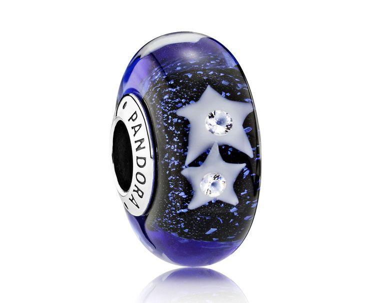 Pandora Muranoglas bedel (15 mm) 'Sterrenhemel' 791662CZ. Mooie sterrenhemel Muranoglas bedel met sterren die zijn voorzien van een zirkonia. Een chique en winterse (Kerst) bedel. https://www.timefortrends.nl/sieraden/pandora/muranoglas.html