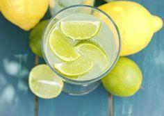 """Antes do café da manhã: <a href=""""http://www.bolsademulher.com/corpo/beber-agua-morna-com-limao-emagrece-e-melhora-o-sistema-imunologico"""">água morna com limão</a> – Beber 1 copo de água morna com 1/2 limão espremido em jejum é uma forma de purificar o organismo. A bebida tem ação diurética e ajuda a emagrecer, além de o limão promover efeito detergente nas células para ajudar a eliminar gordura."""