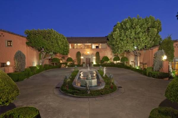 Beverly House. Beverly House merupakan properti yang cukup terkenal di kalangan orang-orang kaya di dunia. The Kennedys, Rihanna, hingga Pangeran Monaco merupakan daftar orang terkenal yang pernah menjadi tamu dan menginap di rumah tersebut.  Pemiliknya saat ini, Leonard Ross membeli rumah tersebut pada 1976. Kini, rumah itu memiliki nilai fantastis sekitar USD135 juta.