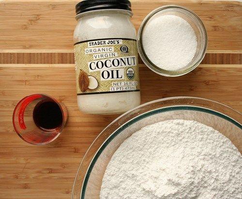 веганский сливочный крем из кокосового масла.1/2 чашки кокосового масла  4-6 чашки сахарной пудры  1 чайные ложки ванильного или кокосового экстракта  Щепотка соли  По желанию: кокосовые сливки или соевое молоко, для получения более жидкого сливочного крема