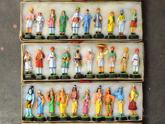 CLAY DOLLS OF LUCKNOW - Lucknow - the capital of state Uttar Pradesh is situated on the banks of the river Gomti. Most karigars of chikankari, mukaish and clay crafts live and work in the older parts of the city. Amongst them is a really talented toy maker, Mahesh Kumar, who makes miniature clay toys in the bylanes of Khajuha.
