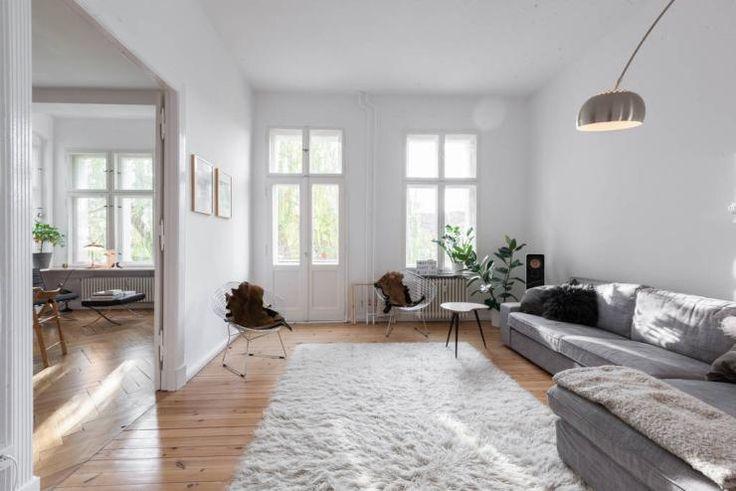 Wunderbar helles Wohnzimmer in Berliner Apartment - gemütlich und modern eingerichtet: flauschiger Teppich, Sofalandschaft, große Fenster und Beleuchtung. #Berlin #livingroom
