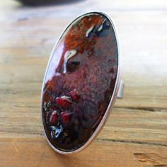 Grande bague émaillée ovale de ton brun/rouge/orange, morceaux de verre fondu