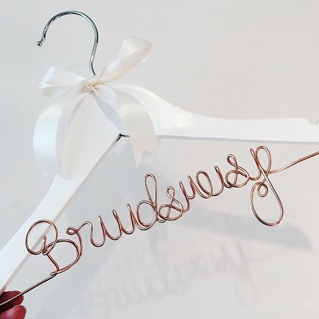HANGER   Zo uniek deze mooie hangers van @terattentie.nl leuke manier om je bruidsmeisje te vragen & dit als cadeau geven!  http://gelinshop.com/ipost/1518820590545305102/?code=BUT70exAH4O