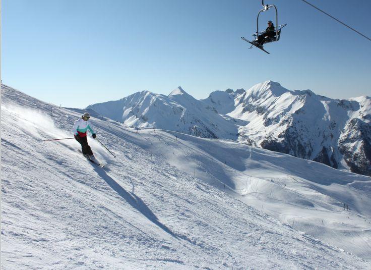 Avec ses sommets frôlant les 3000 m d'altitude, sa forêt majestueuse et sa situation en balcon au-dessus du magnifique Lac de Serre-Ponçon, la station des Orres dispose d'un domaine skiable hors du commun avec une qualité de piste et de neige excellentes. De la noire pour descente de coupe d'Europe à la bleue de 1000 m de dénivelée pour débutants, il y en a pour tous.