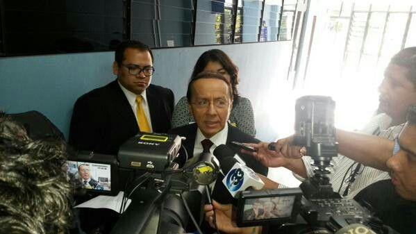 Ministro de Obras Públicas,  Gerson Martínez,  atiende citatorio sobre caso de corrupción en el Bulevar Diego de Holguín (hoy Bulevar Monseñor Romero)