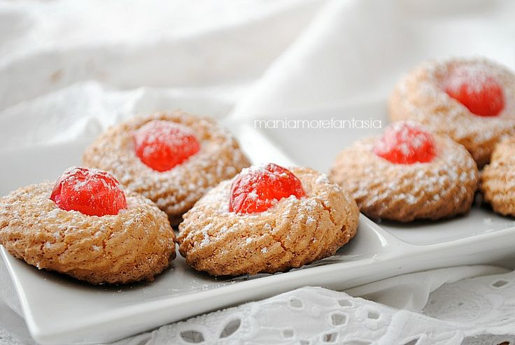 biscotti di pasta di mandorlepasta di mandorle pronta, 250 g (o marzapane)  albume d'uovo, 1 (35 g circa)  ciliegine candite, 8