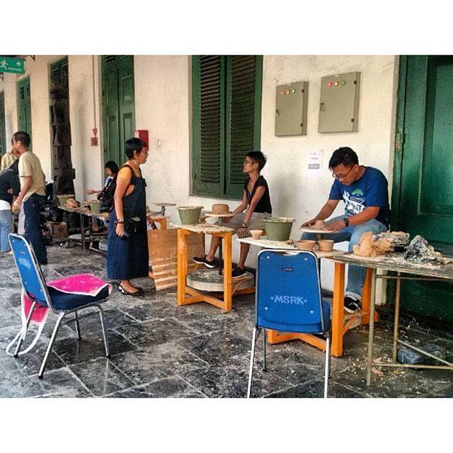 Suasana Workshop Pembuatan Keramik #PameranKeramikID… by @pamerankeramik.id - Square Pics