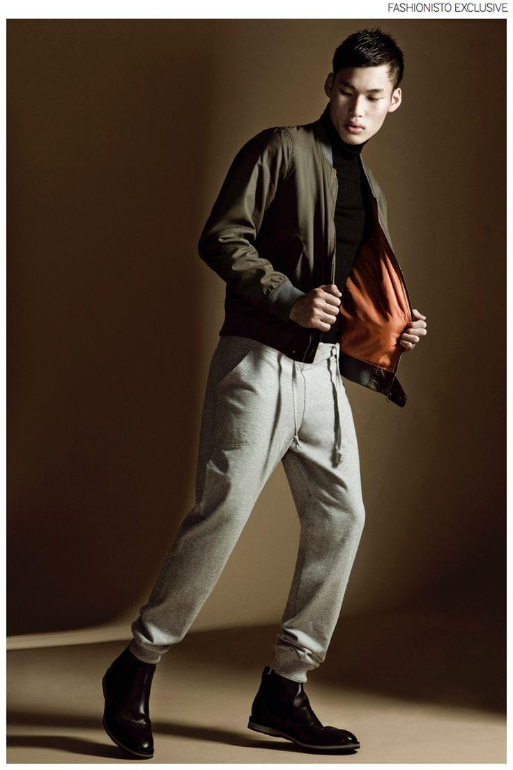 Chun wears bomber jacketEasy Wear for El Corte Inglés, turtleneck sweater Sisley, sweatpants GANT and boots Lotusse.